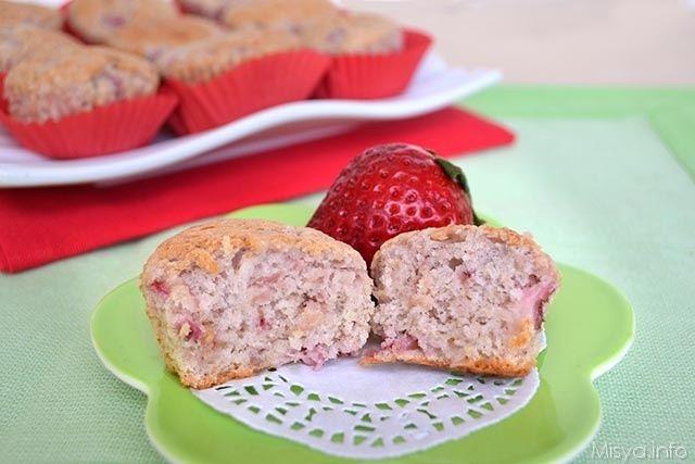 Oggi vi do due ricette per preparare i muffin con le fragole, la prima è questa e prevede solo albumi e fragole a pezzettini, l'altra invece è