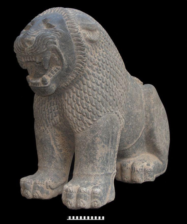Tayinat-Lion  Les fouilles de l'Université de Toronto à Tell Tayinat, dans la plaine d'Antioche, ont mis au jour les premiers vestiges d'un établissement important de cette période.