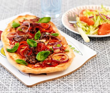 Pizza är kul att göra tillsammans med hela familjen. Testa en variant med nötfärs, rödlök och paprika. Spara tid med färdig scones- och pizzamix. Grapefrukt i en annars klassisk vitkålssallad förnyar ytterligare.