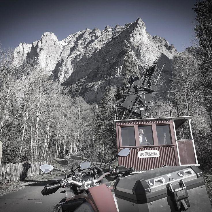 Der am 27. Juli 1908 bei Grindelwald eingeweihte Wetterhorn-Aufzug war eine Pioniertat denn er war die erste personenbefördernde Luftseilbahn der Schweiz. Er war eine Kombination aus einem Lift und einer Pendelbahn mit zwei Tragseilen.  Anfänglich hatte diese Bahn einen grossen Erfolg. Obwohl er seiner Zeit weit voraus war stellte der Wetterhorn-Aufzug 1915 seinen Betrieb infolge des Ausbleibens von Touristen nach Ausbruch des Ersten Weltkrieges wieder ein.  Die bei den Touristen sehr…