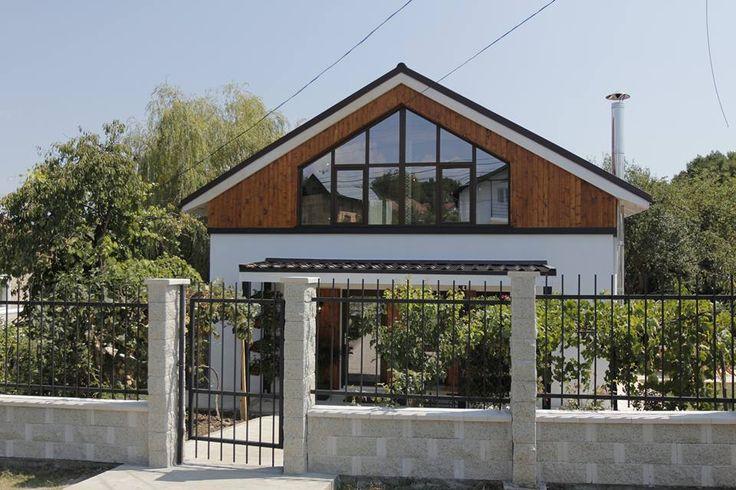 Gardul Premium Elis Pavaje se combina elegant cu fierul forjat, pentru un aspect rustic si modern, si ofera vedere spre casa nou renovata a familiei Marinoiu.