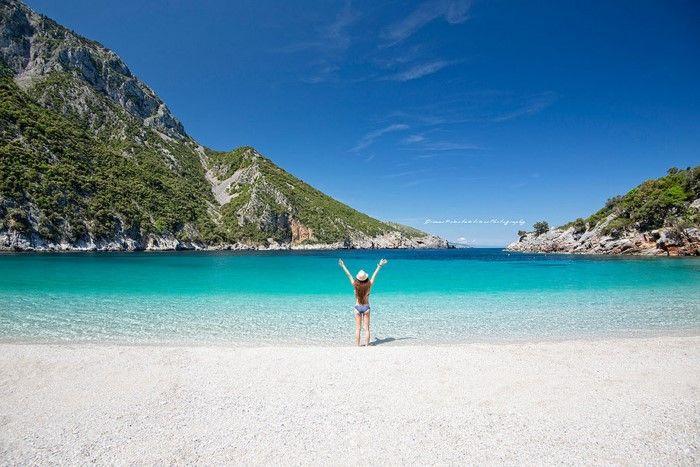 """Η """"Γαλάζια λίμνη"""" της Ελλάδας βρίσκεται, καλά κρυμμένη, μόλις δυόμιση ώρες από την Αθήνα"""