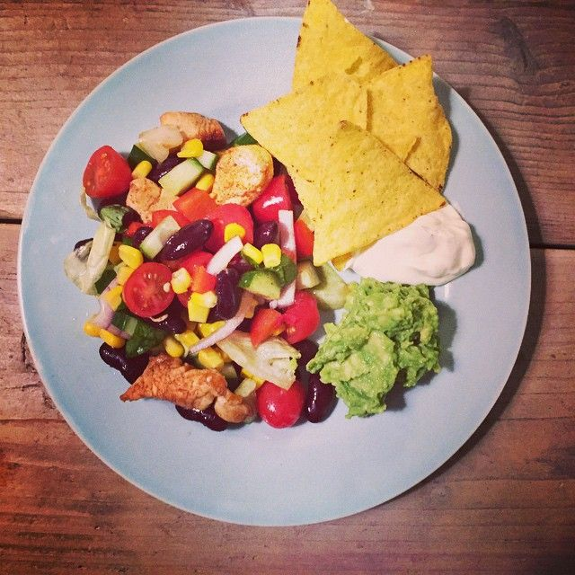 Delicious Mexican salad with beans, chicken, corn, tortilla chips and guacamole / Heerlijke Mexicaanse salade met bonen, mais, kip, tortillachips en guacamole.