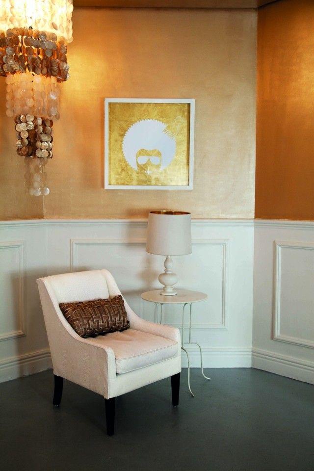 Bei Einer Wandgestaltung Mit Farben Gilt Der Goldene Anstrich Ihrer  Wohnzimmerwände Eher Als Extravagant. Gold Lässt Sich Aber Ideal In Zimmern  Integrieren