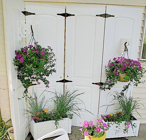 Vikvägg av gamla dörrar ger insynsskydd