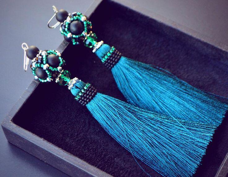 В реальности кисточки отливают изумрудным оттенком💚 #дизайнерукрашений #серьгикисти #маринаникитина #роскошныесерьги #украинскийбренд #ручнаяработа #стиль #мода #красота #earrings #handmade #handmade #fashionjewelry #womanstyle #autumnlook #instajewelry #beautiful #вечернийобраз #trend