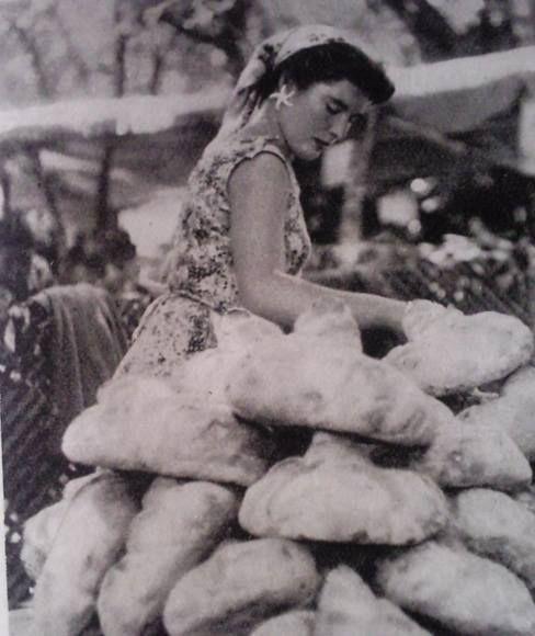 Santiago de Compostela - Venda de pan na feira nos anos 60 Foto de Raniero Fernández (1909-1999) Fonte: Ollar Galicia
