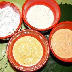 Fonduesoßen mit Joghurt - Dieses Rezept sind 8 Rezepte für Fonduesoßen in einem, alle auf Grundlage von Naturjoghurt. Die Soßen schmecken auch als Dip oder zu Fleisch vom Tischgrill bzw. Teppanyaki.@ de.allrecipes.com