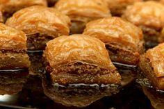 A Baklava fenségesen édes, házias finomság! Ez a diós béles jó sok töltelékkel készül, mert így a legfinomabb! Hozzávalók: réteslap (bolti is jó) 20 dkg darált dió 10 dkg piskótamorzsa 5 dkg mazsola 5 dkg cukor fél tasak vaníliás...