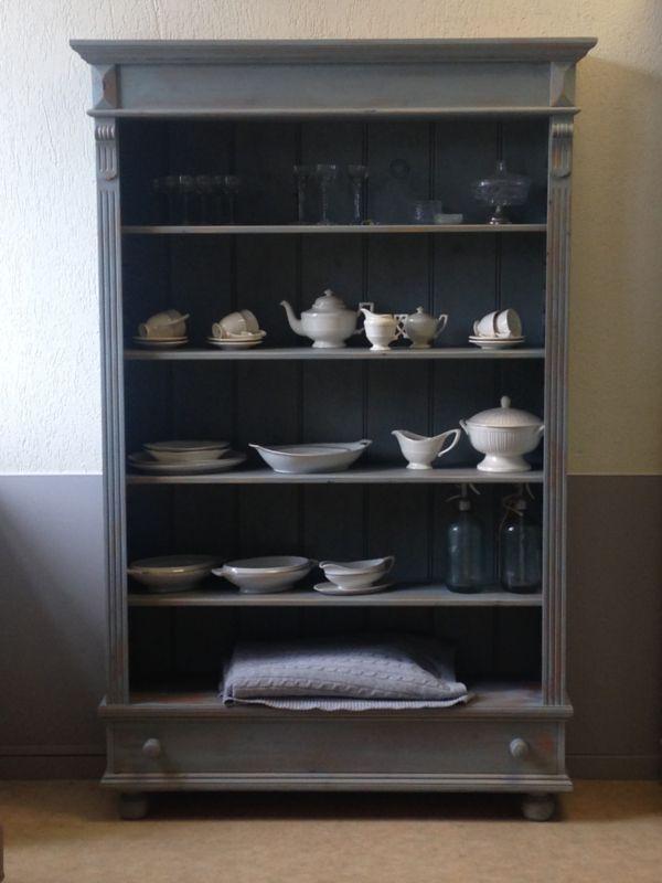 """Brocante landelijke boekenkast, keukenkast, servieskast sleets afgewerkt in de kleur """"Mineral grey"""" en daarna geheel mat afgelakt. De kast bevat een lade aan de onderzijde van de kast en 4 op hoogte verstelbare legplanken.  Afmetingen:  201cm hoog 130cm breed 35cm diep"""