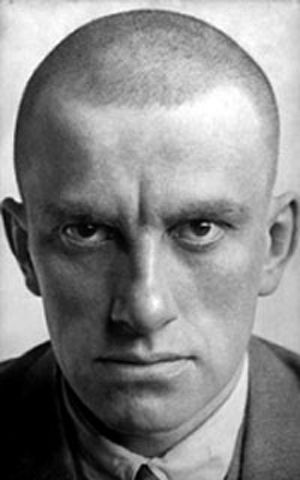 Vladimir Maiakovski, poète, dramaturge et futuriste soviétique.