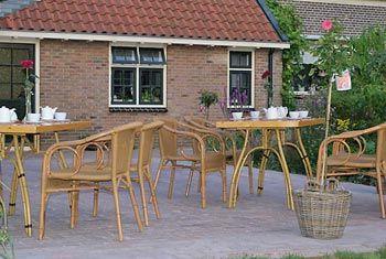 Het terras van Theeschenkerij The Wisple. In de zomer kun je hier genieten van een heerlijk kopje thee met uitzicht op de grote tuin.