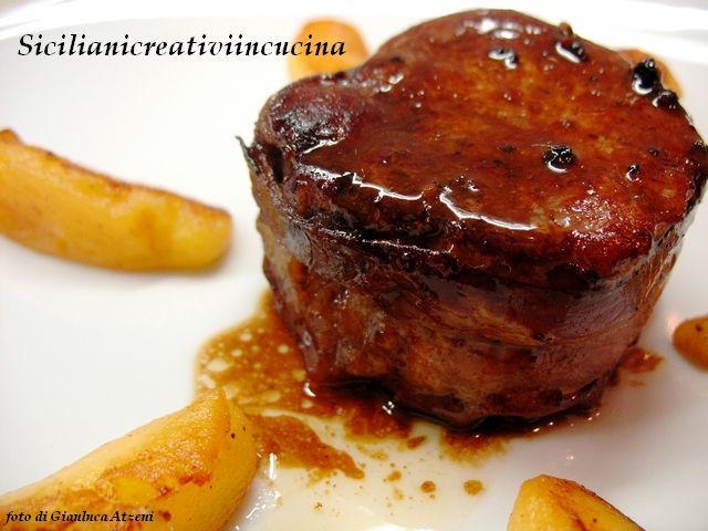 Un altro piatto con la mia amata carne di maiale. Filetto di maiale avvolto nella pancetta, rosolato a fuoco vivo in padella e poi con una cottura in forno per fare restare la carne morbida e succo...
