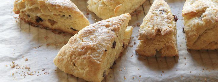 Estos pastelitos tiernos con un toque de sabor a avellana se pueden hacer aún más deliciosos añadiendo cerezas secas y decorando con un ...