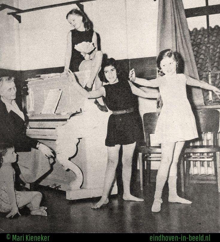 Eindhovense ballet meisjes onder leiding van mevr. Muller van Gijen. (02)