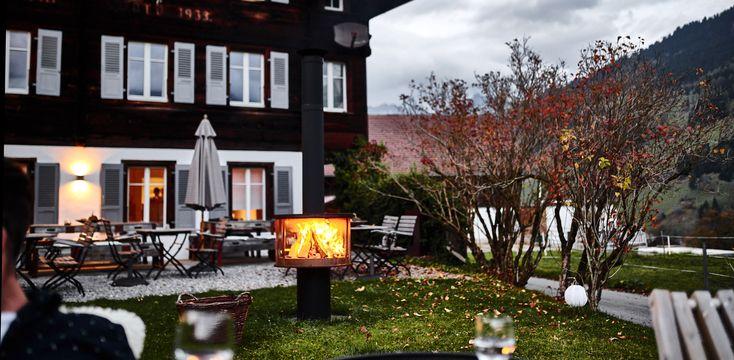 Die RÜEGG SURPRISE: geniesse die Wärme des Feuers im Garten der Lenk Lodge!