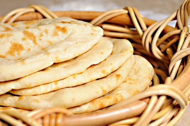 Il pane naan senza lievito è una gustosa variante del classico pane di origine indiana. Il lievito, in molti casi, è dannoso per il nostro organismo e va evitato in caso di dieta.