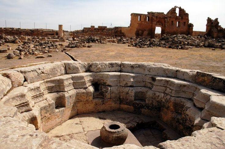 """Harran Ören yeri/Şanlıurfa/// Harran adına ilk defa, Kültepe ve Mari'de bulunan M.Ö. II. bin başlarına ait çivi yazılı tabletlerde """"Har- ra - na """" veya """"Ha- ra - na """" şeklinde rastlanılmaktadır. Kuzey Suriye'de bulunan Ebla tabletlerinde ise Harran'dan """"Ha- ra - na """" olarak bahsedilmektedir."""