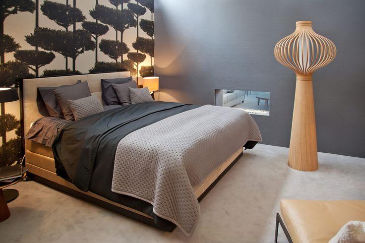 Romantische slaapkamer met boompjes behang