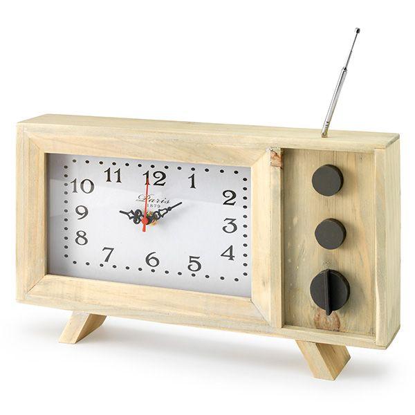 Door de antenne en de decoratieve knopjes doet deze retro klok denken aan een een oude televisie. De houten behuizing zorgt ervoor dat de klok passend is in verschillende interieurstijlen. Verkrijgbaar bij REAS WoonDeco in Hoogeveen.