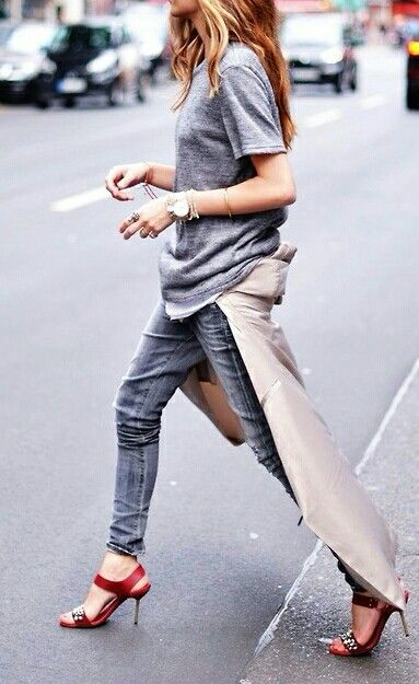 grey tee, grey skinnies, beige trench tied around the waist and red heels. Looks awesome!