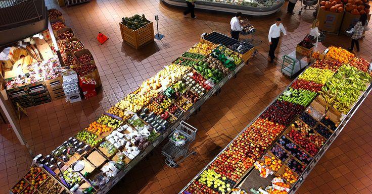 Tania żywność jest kusząca, ale ma w sobie sporo ukrytych kosztów. Na tyle wysokich, że jeśli tylko mamy taką możliwość – powinniśmy zweryfikować, czy żywienie się tanizną faktycznie nam się opłaca. Tym bardziej, że wraz ze spadającymi cenami żywności, drastycznie rosną koszty społeczne i ekologiczne.