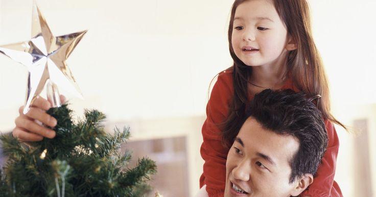 Como dobrar tela de arame em cone para fazer uma árvore de Natal. Uma tela de arame aplicada em volta de uma gaiola de tomate em forma de cone imita a forma cônica tradicional de uma árvore de Natal. Essa imitação de árvore é durável e pode ser utilizada para decorar uma área interna ou externa. Uma vez que ela estiver pronta, é possível decorá-la com luzes, fitas e enfeites. Os itens que serão utilizados podem ...