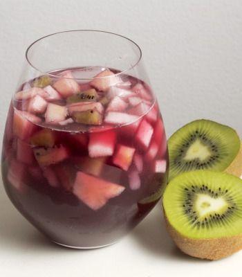 Una refrescante y deliciosa bebida a base de vino tinto combinado con frutas. Ideal para fiestas y reuniones.     PARA 6 PORCIONES     ½ taza de agua     ½ taza de azúcar blanca     8 limones     2 ½ tazas de agua     1 manzana, en cubos pequeños     1 pera, en cubos pequeños     3 kiwis, en cubos pequeños     2 tazas de hielo     ½ botella de vino tinto     PREPARACIÓN 15 MINUTOS     Para preparar el jarabe, calentar media taza de agua en una olla honda pequeña con el azúcar. Revolver…