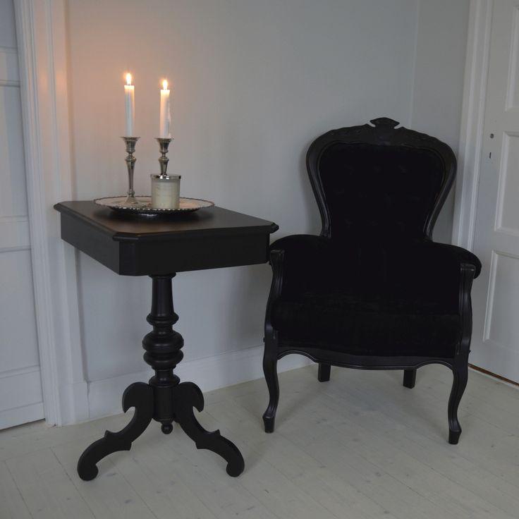 Elegant svart pelarbord