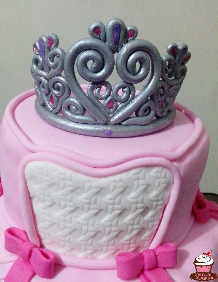 Torta de dos pisos simulando un lindo vestido de princesa con corona y varita plateada.  Sorprende a esa persona especial con una rica torta temática.  #TortadePrincesa #Princesa #Princess #TortasDecoradas https://www.facebook.com/perfectadulzura/