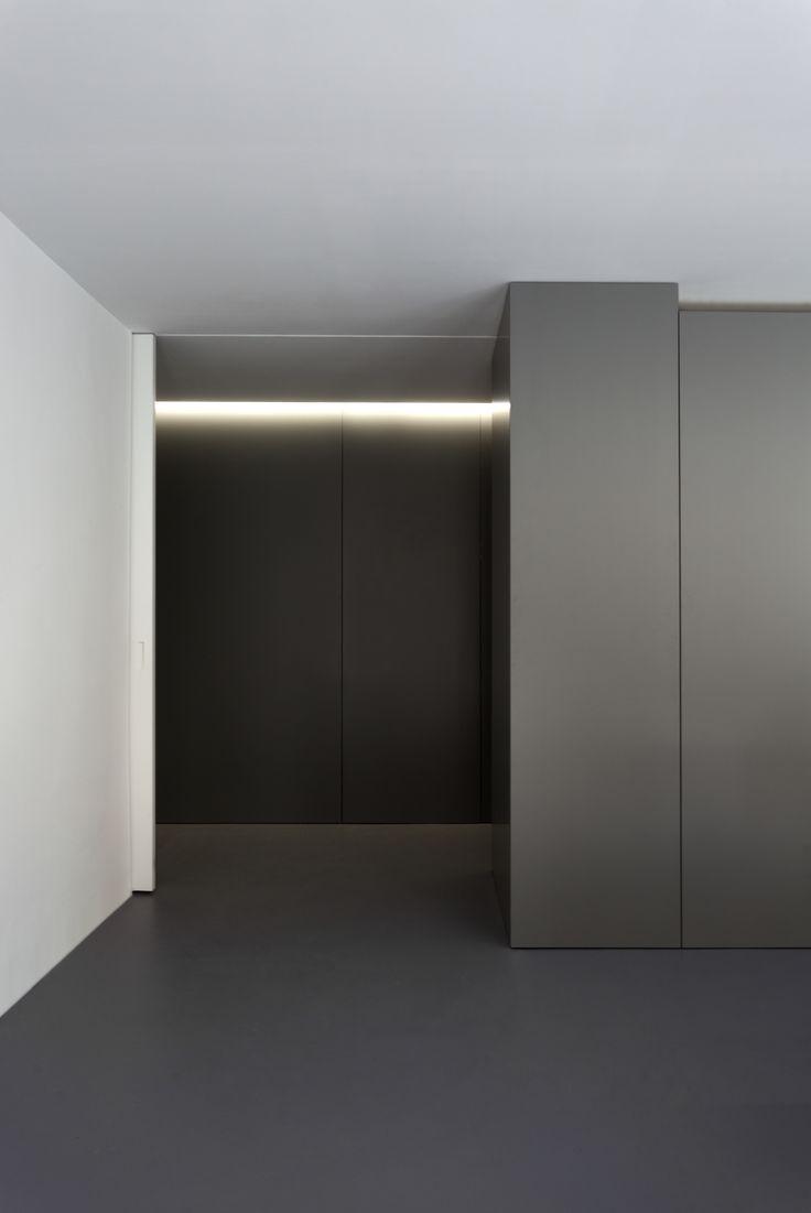 OAV Oficces. Oficinas OAV. #fransilvestrearquitectos #alfarohofmann #architecture #arquitectura #minimal #office #space #lineallight #workspace #oficina #luz #white #interiordesign #interior #espacios #light #microcemento #paneles #wood #madera #table #chair #mesa #escritorio