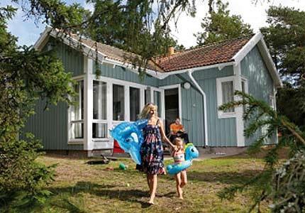 Camping- och stuganläggningen Regenbogen Mönsterås ligger på en ö i Kalmarsund (bilväg finns). Restaurang, spa, minigolf, lekplats, båthamn.