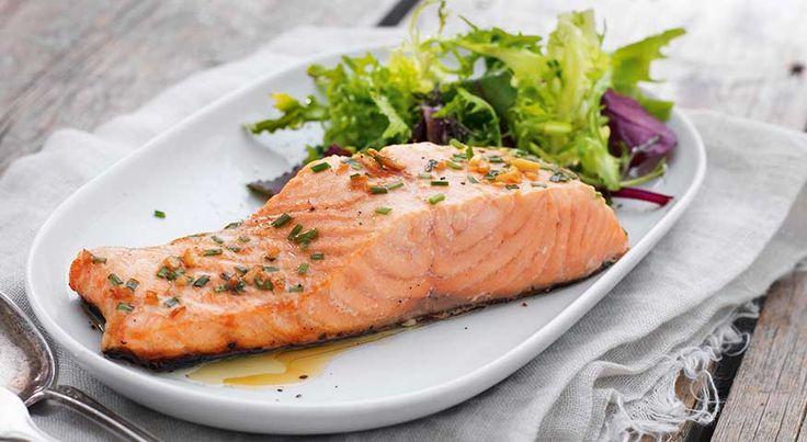 Soyamarinert laks Laks passer til mange smaker, men av og til er det enkle ofte det beste. Her er laksen marinert i soyasaus og ingefær, grillet lett og servert med en enkel salat.     Soyamarinert laks            600 g laksefilet (med skinn)2 ts ingefær (frisk)0,75 dl soyasausaluminiumsfolieoljeSalat1 hode salat0,5 ts sitronsaft1 ts olivenolje2 ss