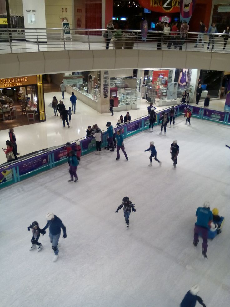 Ice skating in a mall.  Park Shopping Barigui, July 2015.