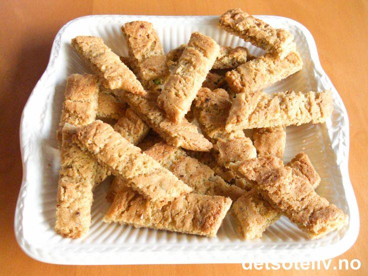 Her har du en kjempegod svensk oppskrift på nydelige småkaker med smak av nøtter og kanel. Passer spesielt godt til jul, men er selvsagt også gode resten av året. Oppskriften gir 70 stk.