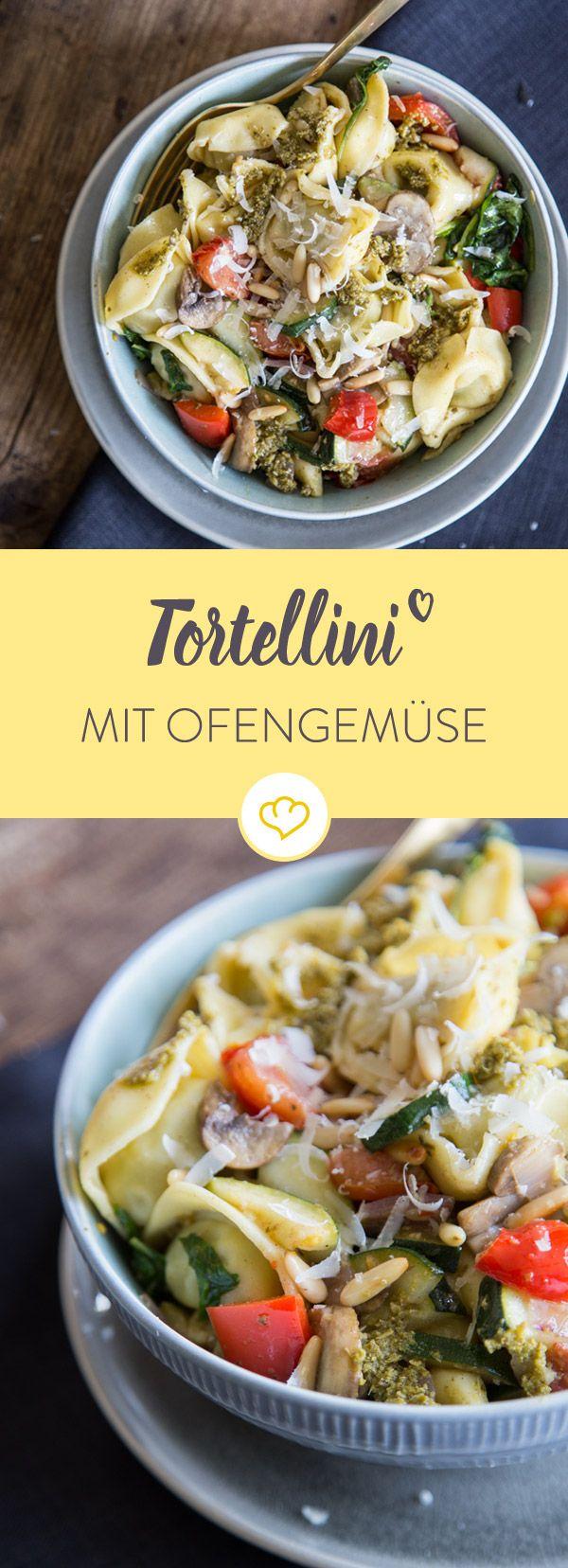 Für deinen Pastahunger: Gönn dir an deinem Feierabend schnelle Tortellini mit Pesto und leckerem Ofengemüse.