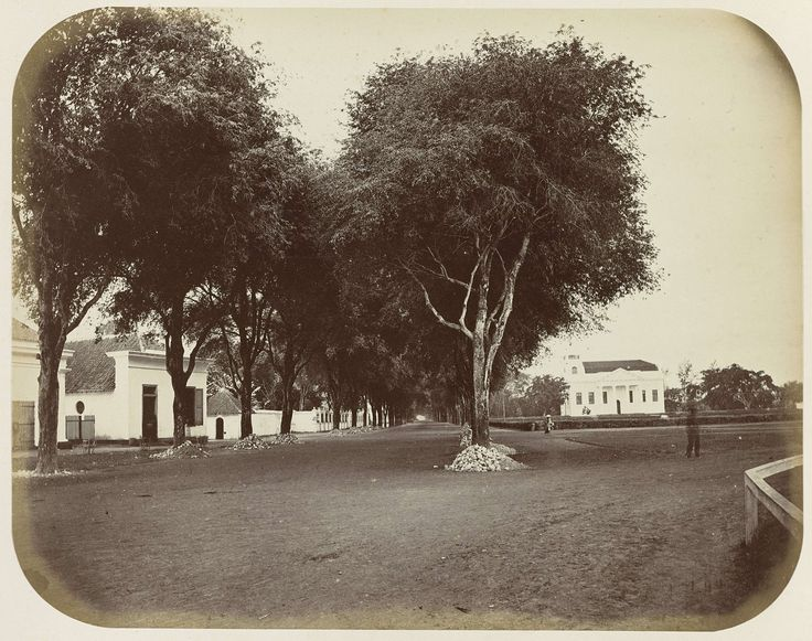 Het Hooge Pad te Makassar met rechts de protestantse kerk, Woodbury