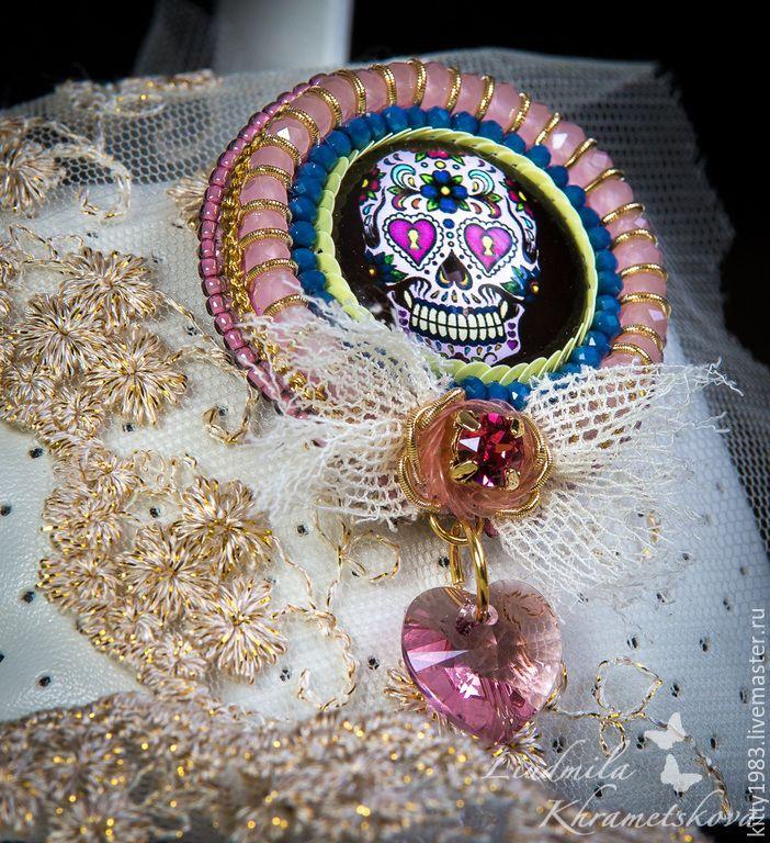 """Купить Брошь """"Череп в розовом""""( радужный, веселый череп,розовый цвет) - разноцветный, череп, черный"""