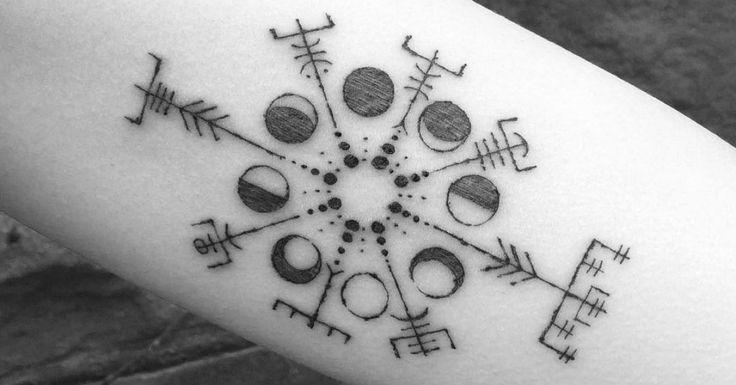 Artista Tatuador: Dino Nemec. Tags: símbolos, Símbolos nórdicos, Vegvísir, Letras, Runas. Partes del cuerpo: Brazo interior.