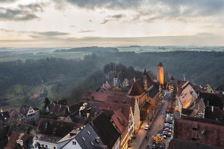 90 Burgen und Schlösser verbindet die traditionsreiche Ferienroute im Süden Deutschlands. Auf einem Roadtrip von Schwetzingen bis Rothenburg entdeckt unser...