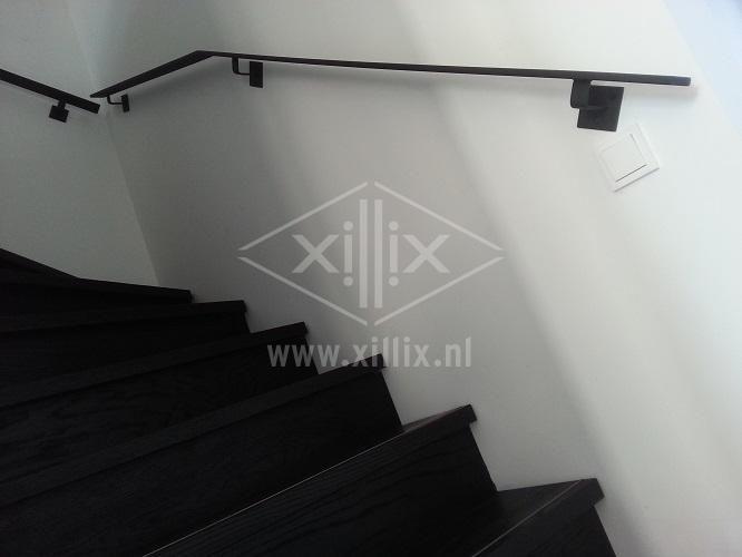 Xillix-leuning-staal-strip-zwart.jpg