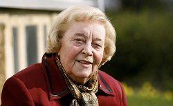 В возрасте 98 лет скончалась исландская пианистка и композитор Jórunn Viðar.  Jórunn Viðar (на фото) родилась в Рейкьявике 7 декабря 1918 года. Окончив в Исландии школу, она переехала в Германию, где два года училась в Музыкальной академии Берлина. Затем Jórunn Viðar вернулась в Ис�