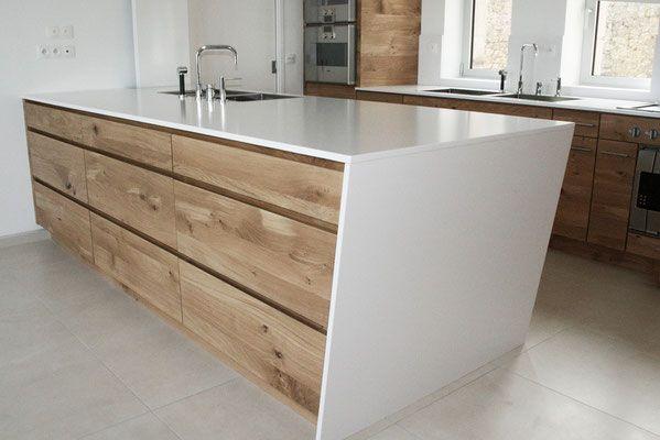 cuisine design contemporain, façades bois brut chêne tri pli ,prise de main, îlot, rangement, plan de travail quartz blanco