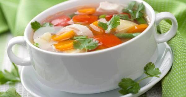 • 1 fio de azeite  - • 1 cebola pequena, picada  - • 1 dente de alho picado  - • 4 col. (sobremesa) de alho-poró (só a parte branca)  - • 2 tomates sem pele e sem semente, picados  - • 2 cenouras picadas  - • 1 talo de salsão (aipo) picado  - • 1/2 maço de couve-flor  - • 4 copos (200 ml) de água  - • 1 col. (chá) de sal  - • 2 col. (sopa) de salsinha picada  - • 2 col. (sopa) de cebolinha picada