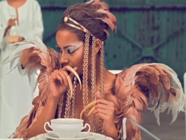 Kanye West Phoenix Bird Inspired Headdress Crochet Gold And Chains 21 50 Via Etsy Selita Ebanks Kanye West Beautiful Costumes