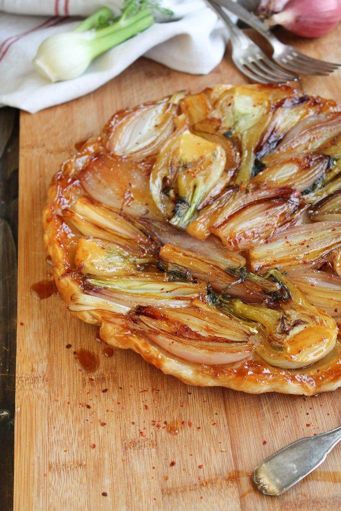 Tarte tatin d'oignons rouges et fenouil - Ingrédients : 1 pâte feuilletée, 6-8 oignons rouges longs, 3 petits fenouils, 50 g de beurre, 1 c. à s. de sucre..