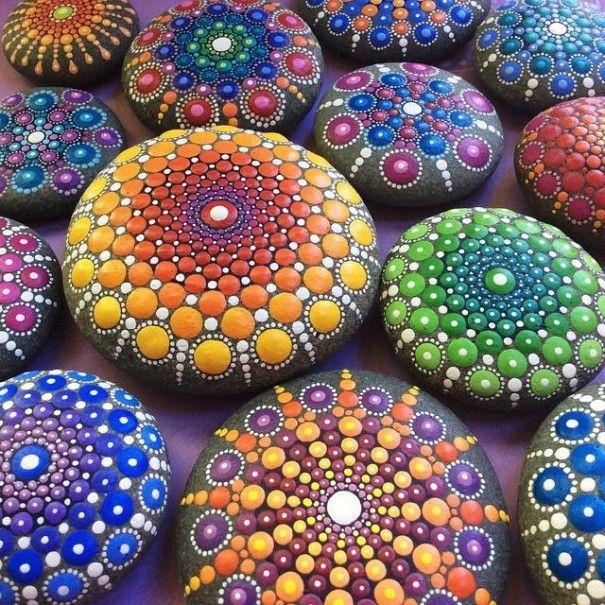 Elspeth McLean, une artiste tout simplement hors norme ! Son talent ? Créer des peintures très colorées dans le style mandala (voir photos ci-dessous) sur des pierres parfaitement rondes et issues de l'océan. Rien que &cce...