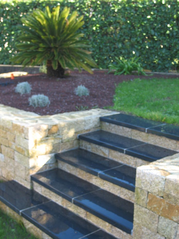Muret et escalier en pierres.  Arbor Minéral maçon paysagiste Vannes, Plescop, Arradon, Baden, Morbihan