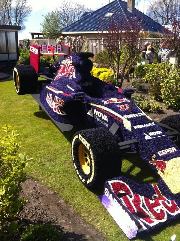 De auto van Max Verstappen van hyacinten bloemenvgemaakt#bloemendagen#AnnaPaulowna