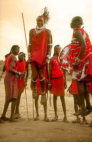 Jóvenes saltando, danza tradicional Masai -   Youth jumping, Masai traditional dance (August 2005)    www.vicentemendez.com
